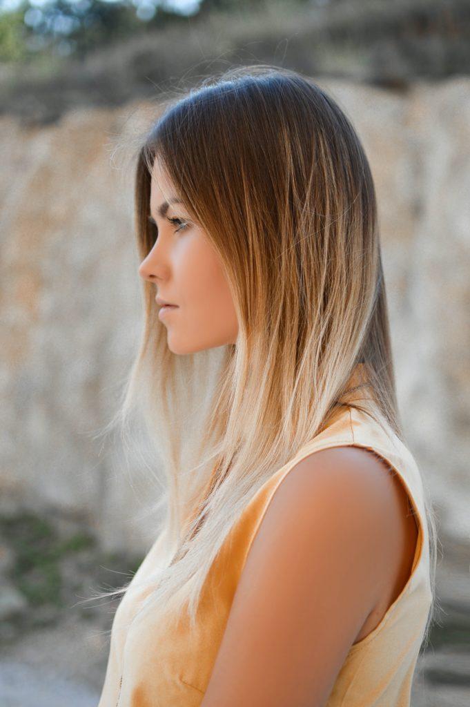 Braune Haare mit blonden Strähnen oder Balayage